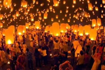 People_with_Chinese_Lanterns_Thailand